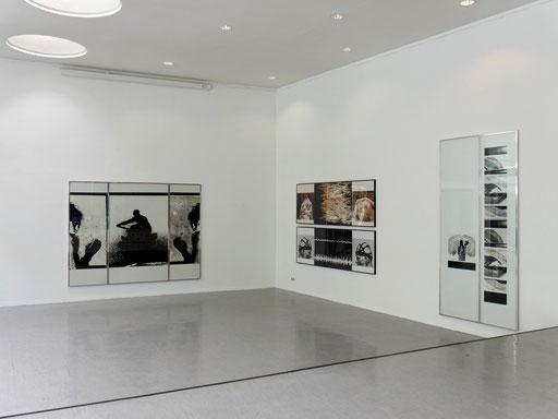 """Blick in die Ausstellung: Das Bild links mit dem Titel """"Hallo / Auf Wiedersehen"""" (1986) gab der Ausstellung den Namen."""