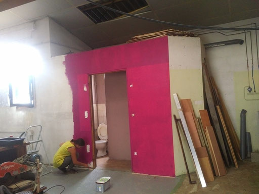 Premier mur, un peu de couleur pour égayer le chantier - Photo © TiPii Atelier
