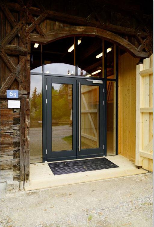 Glasfassade  - Pfosten-Riegel-Fassade - Eingangstüre - © Glaserei Allgäuer