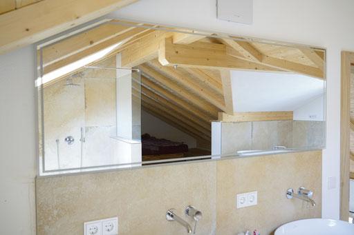 Spiegel - Maßanfertigung - individuell - LED Spiegel unter Dachschräge - © Glaserei Allgäuer
