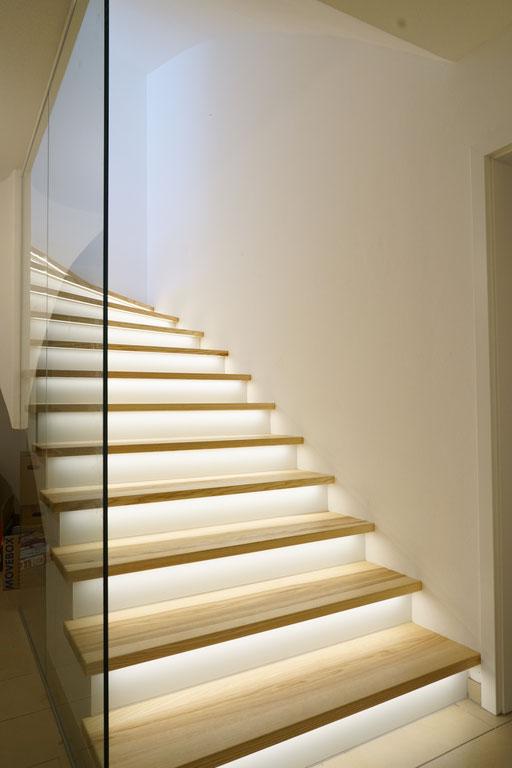 Treppenverkleidung aus lackiertem Glas beleuchtet - © Glaserei Allgäuer