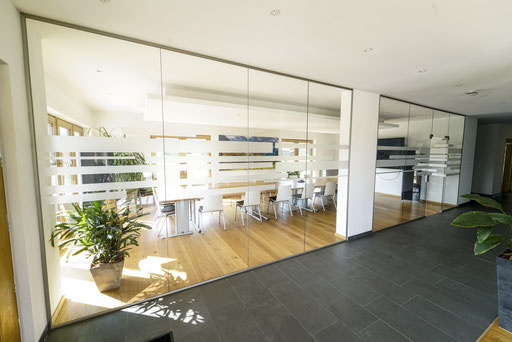 Ganzglasanlage - Büroabtrennung - Besprechungsraum - © Glaserei Allgäuer