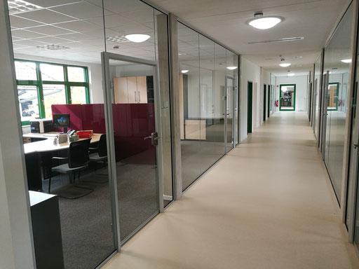 Ganzglasanlage - Büroabtrennung - Zarge - Schallschutz - © Glaserei Allgäuer