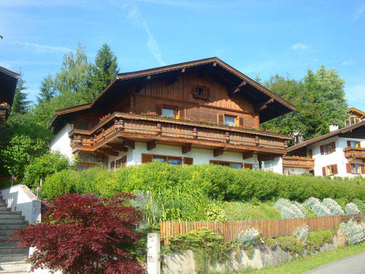 Unser Haus unter blauem Himmel
