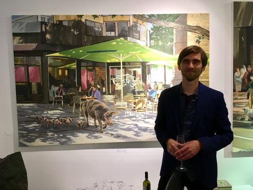 """Hartmut Kiewert vor seinem Bild """"Café"""", Ausstellungseröffnung 2017 in der Galerie KK"""