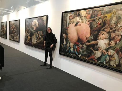 Art Karlsruhe 2018, Stand  H3/F 14 der Galerie KK, Yongbo Zhao vor seinen Bildern
