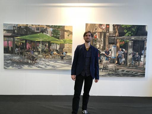 Art Karlsruhe 2018, Stand  H3/F 14 der Galerie KK, Hartmut Kiewert vor seinen Bildern