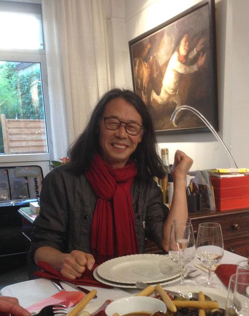 """Yongbo Zhao 2014 in der Galerie KK vor seinem Bild """"Goya verfolgt 1"""""""