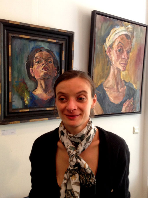 Bettina Moras 2013 in der Galerie KK vor ihren Selbstporträts
