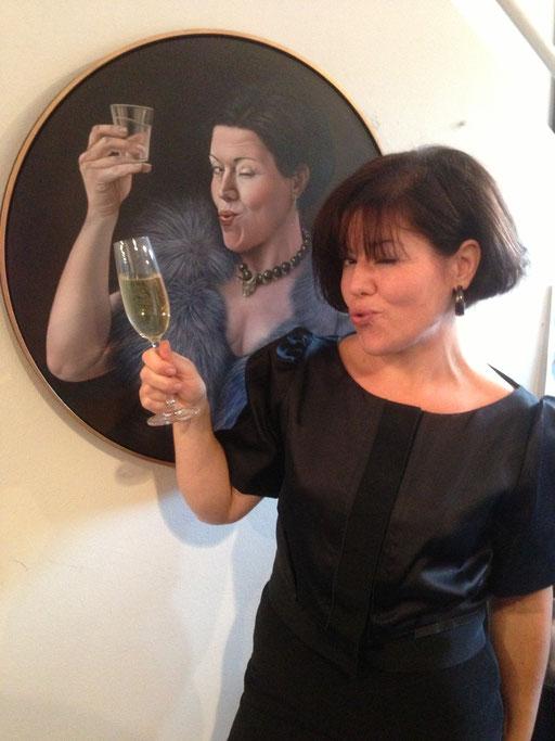 Lilli Hill 2013 in der Galerie KK vor ihrem Selbstporträt