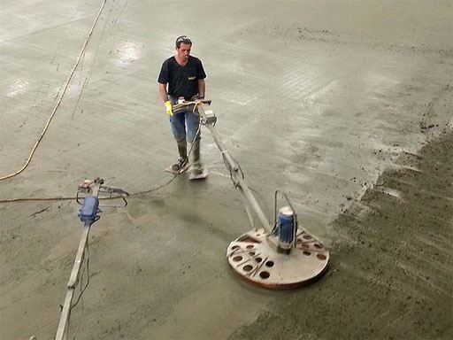 24. März 2015 - Der neue Curlinghallenboden wird gegossen (Foto: Mändu Vögtli)