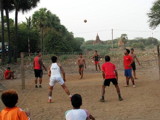 Modifiziert - Nationalspiel Chinlone als eine Art Fußvolleyballspiel mit Rattanball