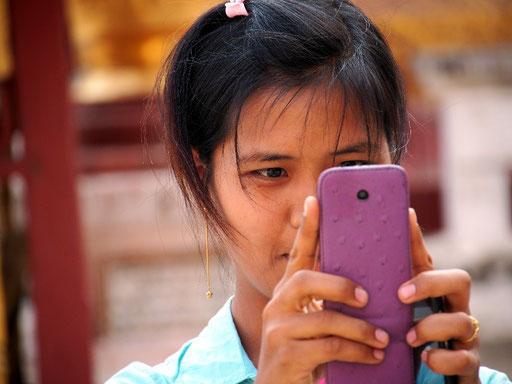 ... und burmesische Touristin auf Motivjagd in der Pagode