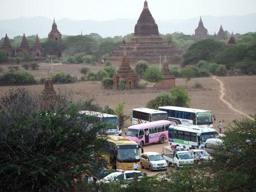 Touristisch - Busse und Taxis vor dem Sonnenuntergang an der Shwesandawpagode