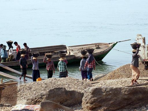 Schwerstarbeit - Frauen entladen Kiesfrachter am Irrawaddy ...