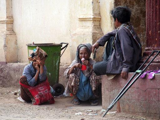 Gegensätze - Bettelnde Burmesen vor der Shwezigon-Pagode in Nyaung U ...