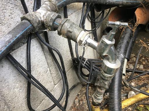 Installation eines weiteren Wasserhahns in einer Filtergrube zur manuellen Reinigung der Filtertechnik.