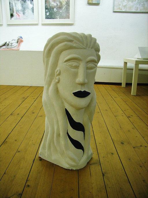 """""""Weise Frau"""" 2009, Sandstein gefärbt"""