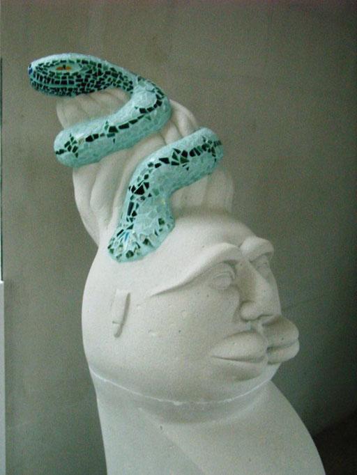 """torso """"aufsteigende Schlange"""" 2001, Gasbeton, Glasmosaik"""