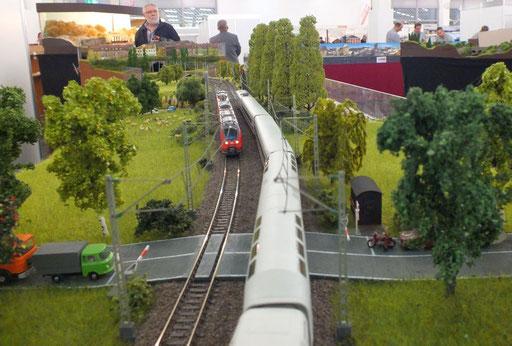 Fernverkehr begegnet den Nahverkehr am gesicherter Bahnübergang