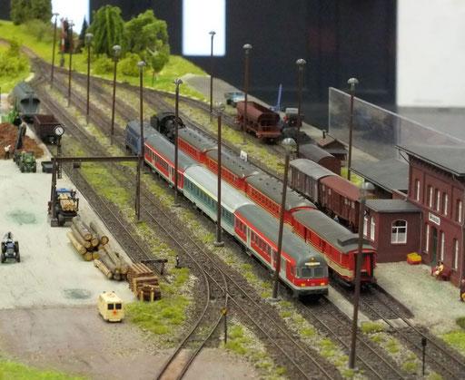 Bundesbahn und ÖBB-Sonderzug kreuzen  in Brunnthal