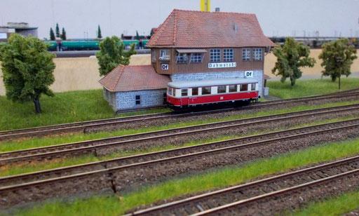 VT 135 vor dem Stellwerk in Dahmstadt