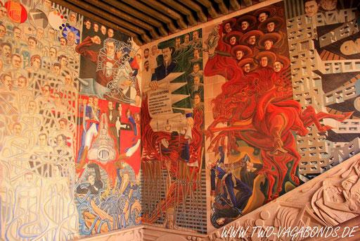 STADTGESCHICHTE AUF BEMALTEN WÄNDEN IM PALACIO DE GOBIERNO