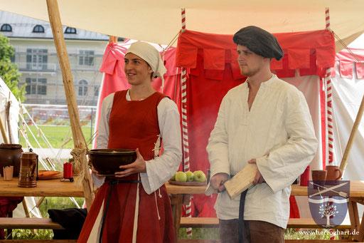 Julia (links) und Adrian (rechts) bereiten das Mittagessen vor. /Foto: Stephan
