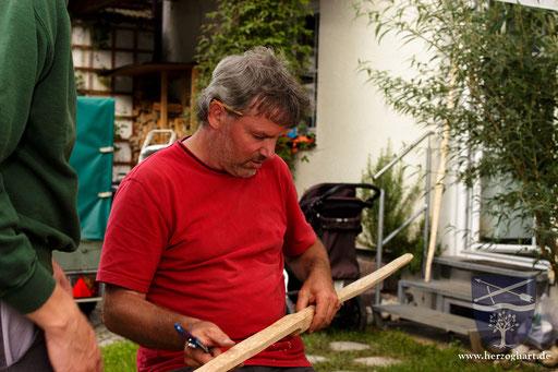 Martin, der Seminarleiter, begutachtet die bisherigen Arbeitsschritte der Teilnehmer. /Foto: Stephan