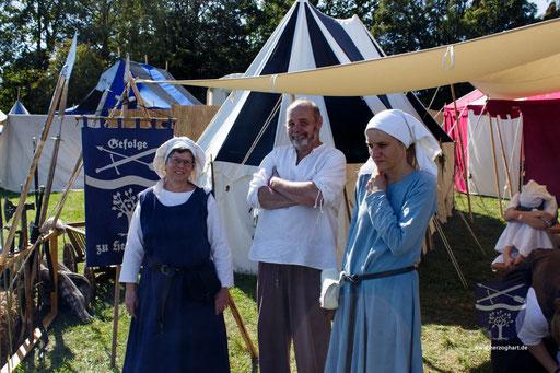 Marianne (links), Ernst (mitte) und Kerstin (rechts) beraten sich über einen künftigen Programmpunkt. /Foto: Stephan