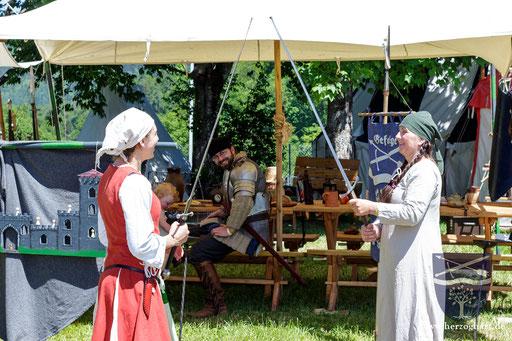 Nicht nur die Männer in unserem Lager greifen einmal zum Schwert, auch Julia (links) und Renate (rechts) probieren sich daran. /Foto: Stephan