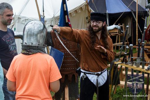 Dustin (rechts) zeigt, welchen Vorteil eine gebogene Klinge haben kann. /Foto: Julia