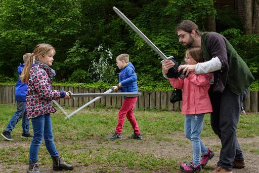 Wenn es einmal nicht so klappt, ist Schwertmeister Dustin immer mit einer helfenden Hand zur Seite! /Foto: Stephan