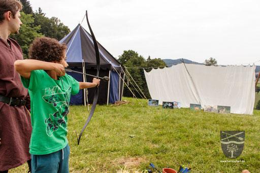 Mit Pfeil und Bogen gilt es, die Scheiben umzuschießen. /Foto: Stephan