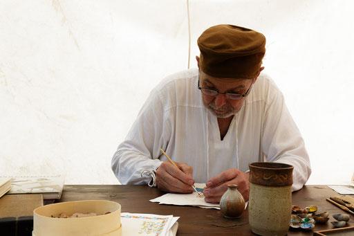 Ernst schreibt an seinem Script. /Foto: Stephan