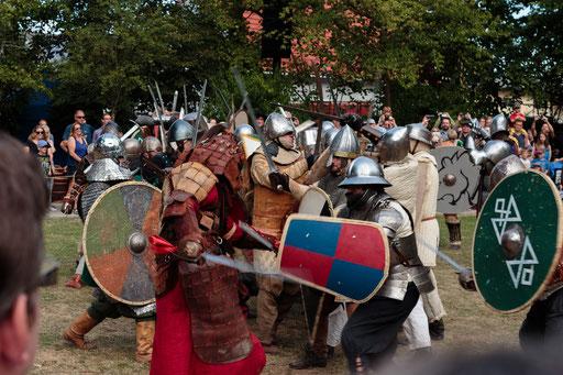 Die Schlacht gegen die Heiden beginnt mit einem gewaltigen Angriff. /Foto: Stephan