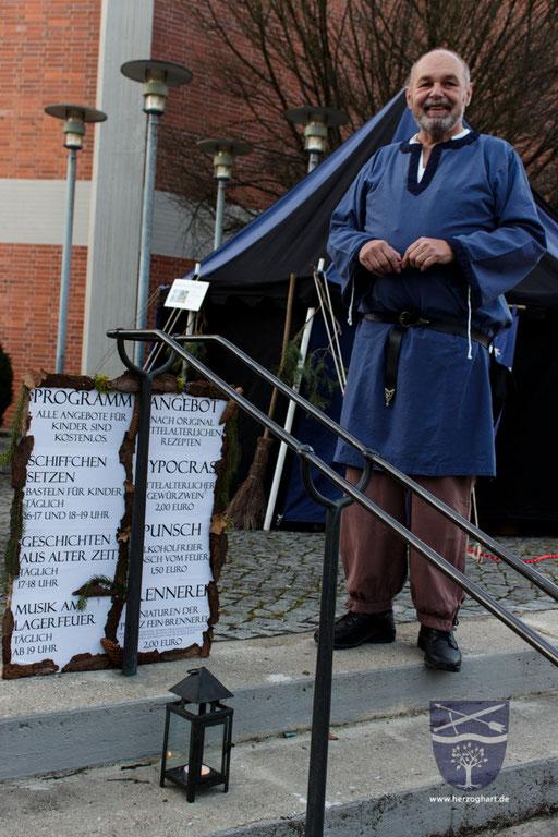 Ernst lädt die Besucher ein, an unserem Programm teilzuhaben. /Foto: Julia