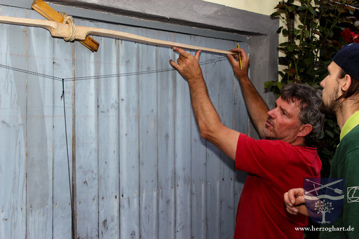 Bei einer Belastungsprobe zeigt Martin (links), wo Patrick noch weiter Material abtragen muss. /Foto: Stephan