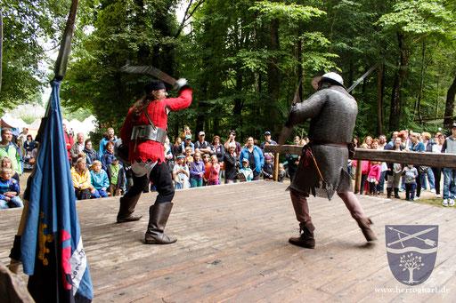 Das Publikum hält den Atem an, als Dustin (links) den Flegel schwingt! /Foto: Ernst