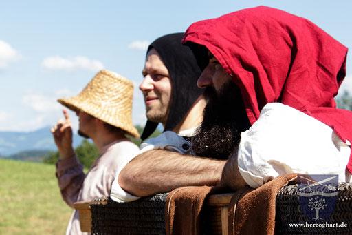 Frank (links), Manfred (mitte) und Frederik (rechts) genießen die Aussicht auf die Berge. /Foto: Julia