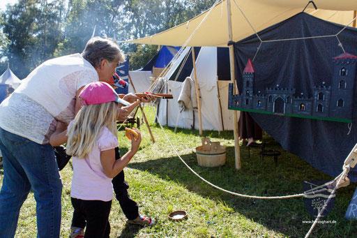 Bei unserem Kinderarmbrustschießen probieren die Kinder, die Figuren von der Burg herunter zu schießen. /Foto: Stephan