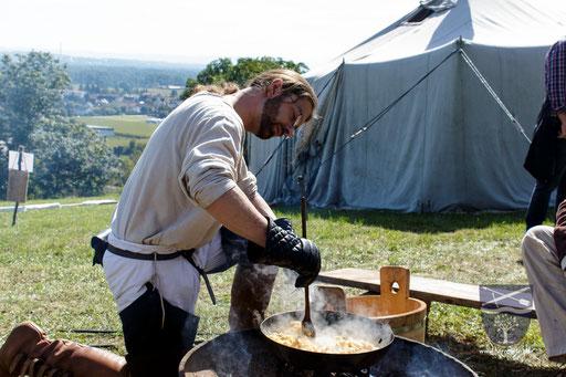 Auf einem offenen Feuer zu kochen, ist gar nicht so einfach. Dort kann man nicht nach belieben die Temperatur regeln. /Foto: Stephan