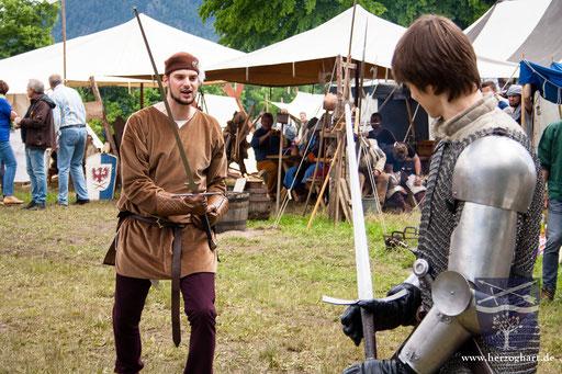 Stephan (links) und Daniel (rechts) zeigen den Zuschauern eine Kampfszene. /Foto: Julia