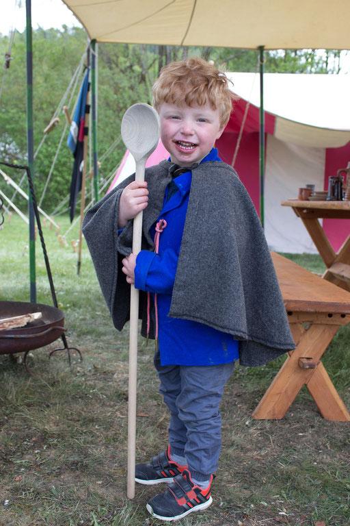 Sebastian hat noch großes vor! - Aber ersteinmal größer als der Kochlöffel werden... /Foto: Julia