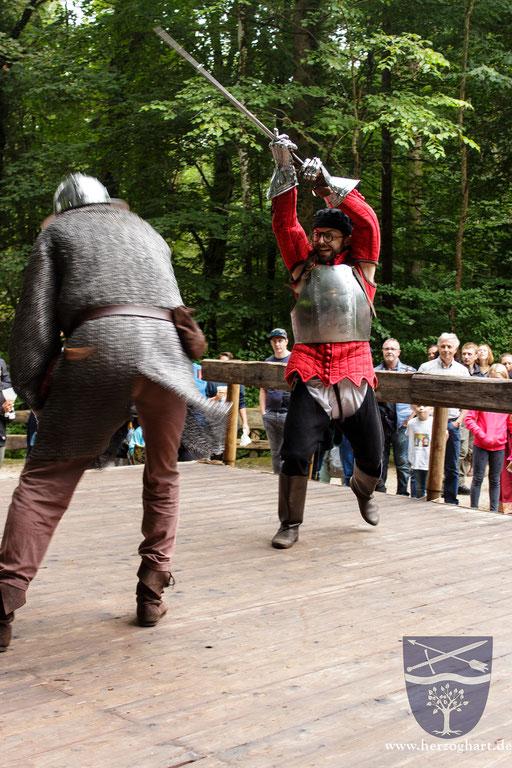 Stephan (links) und Dustin (rechts) kämpfen erbittert auf der kleinen Holzbühne. /Foto: Ernst
