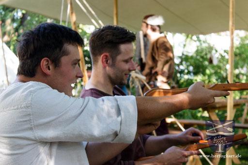 Richard (links) und Manfred üben fleißig beim Kinder-Armbrustschießen. /Foto: Julia