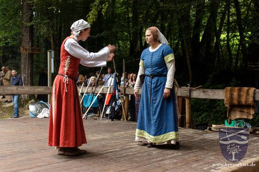 Julia (links) und Sonja (rechts) streiten lauthals... /Foto: Ernst