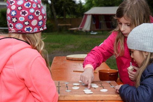 """Für die kurzweilige Unterhaltung zwischendurch konnten die Kinder verschiedene Spiele spielen, hier z. B. das alte Spiel """"Mühle"""". /Foto: Stephan"""