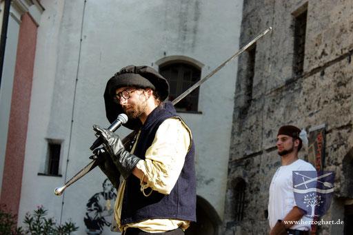Unser Schwertkampfmeister bei der Arbeit... /Foto: Julia