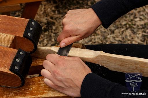 Vorsichtig muss die oberste Schicht abgetragen werden, damit die tiefliegenden Ringe nicht beschädigt werden. Ansonsten kann der Bogen brechen! /Foto: Stephan